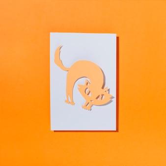 Katze, die zurück auf blatt papier verbiegt