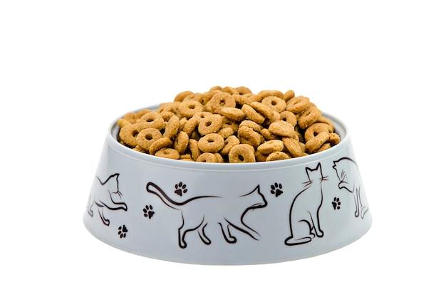 Katzenfutter in grauer tasse auf weißem hintergrund