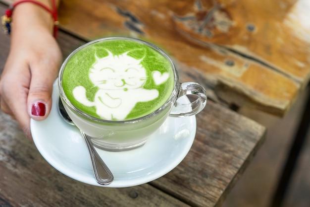 Katzenkarikatur auf matcha grüner tee lattekunst