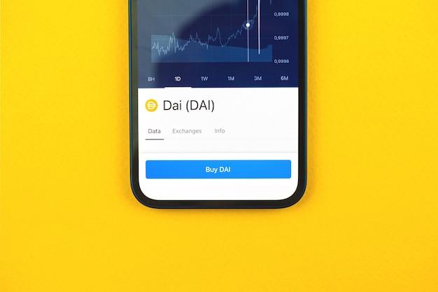 Kaufen sie dai-kryptowährung per handy-app, konzept des online-handels, der investition und des münzaustauschs mit smartphone, geschäfts- und finanzfoto