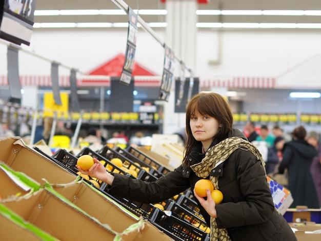 Kaufende früchte des jungen kunden am markt