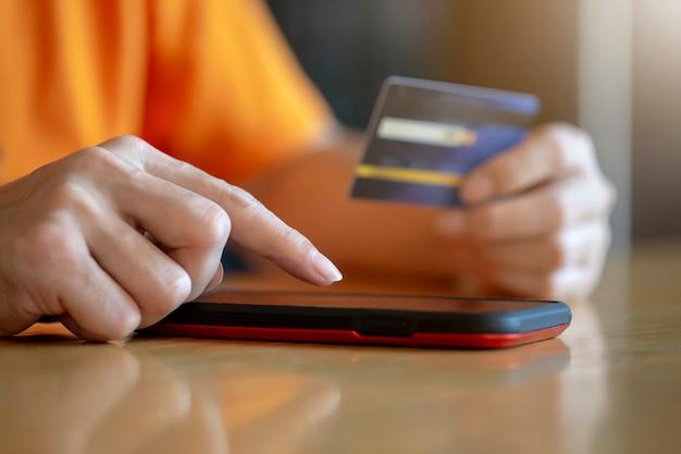 Kaufende online-zahlung mit kreditkarte, mann, der mobilen smartphone, geschäftse-commerce und anwendungskonzept verwendet