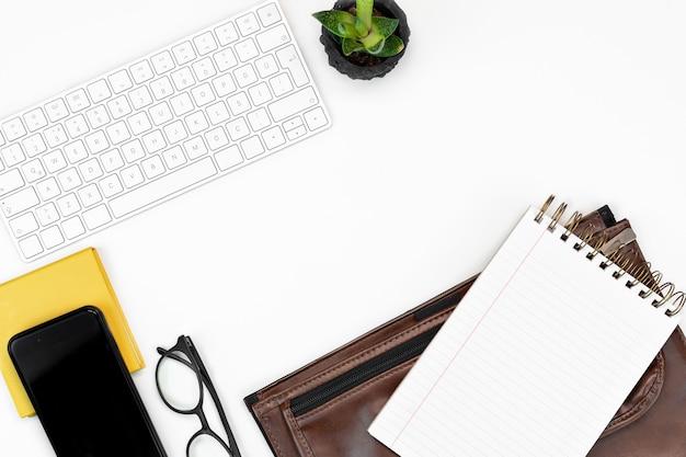 Kaufmännische ausbildung computertastatur, brille, smartphone