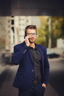 Kaufmann mit smartphone reden