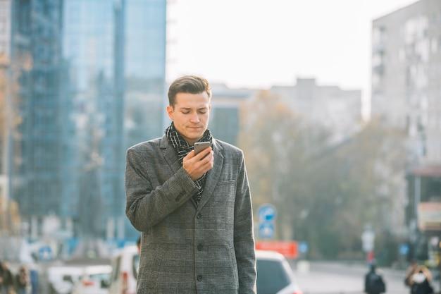 Kaufmann mit smartphone