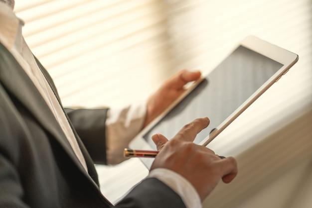 Kaufmann verwenden computer-tablet für die arbeit in der kommunikation weltweit zum erfolg marketingplan des unternehmens