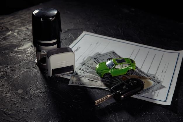 Kaufvertrag für ein auto mit briefmarken, schlüsseln und spielzeugauto