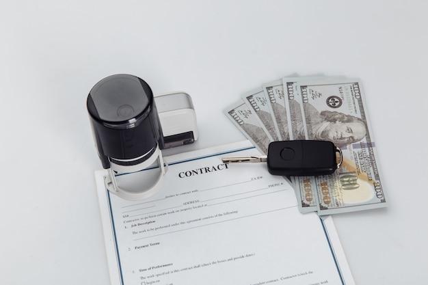 Kaufvertrag für ein auto mit geld, briefmarken und autoschlüsseln