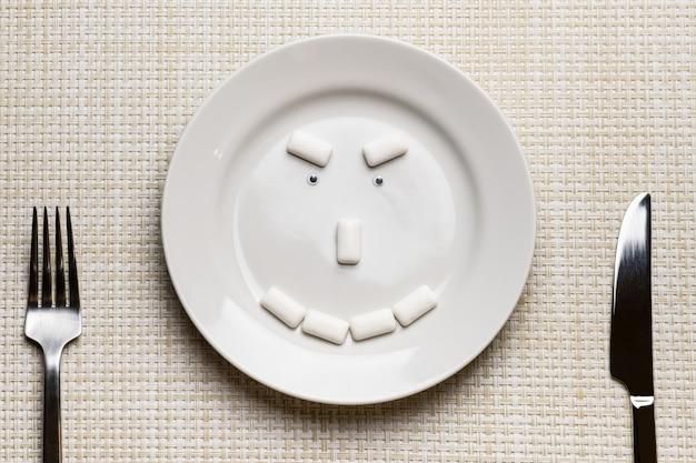 Kaugummi geformtes heimtückisches gesicht. mundhygiene und schutz der zähne vor karies