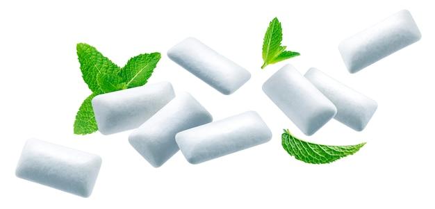Kaugummipads mit minzblättern isoliert auf weiß