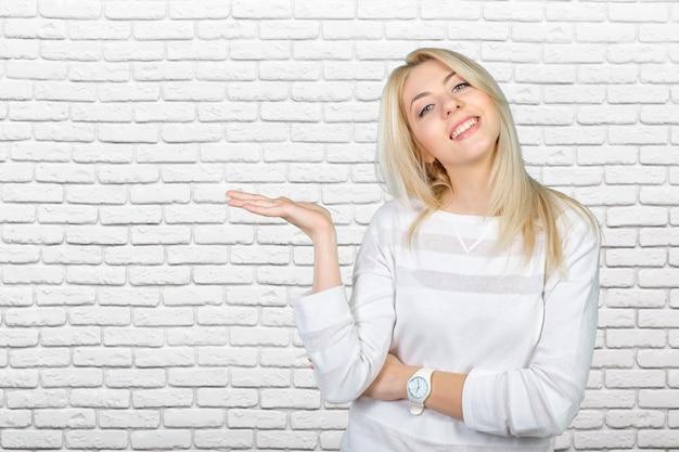 Kaukasier lokalisierte die blonde frau, die mit ihren händen sich darstellt