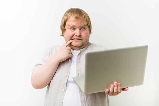 Kaukasier plus den größenmann, der einen laptop hält, entspannte sich das denken an etwas, das einen kopienraum betrachtet.