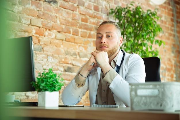 Kaukasische arztberatung für patienten, die im kabinett arbeiten