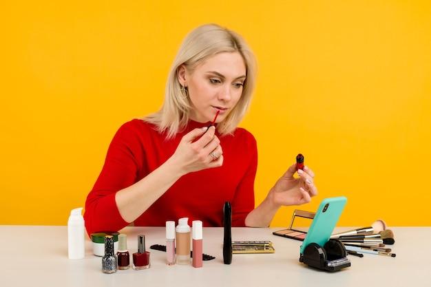 Kaukasische bloggerin, die schönheitsprodukte präsentiert und live überträgt