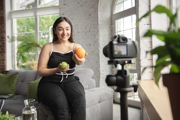 Kaukasische bloggerin machen vlog, wie man diät macht und gewicht verliert.