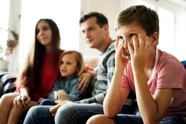 Kaukasische familie im wohnzimmer