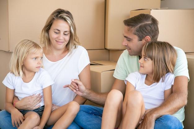 Kaukasische familie in neuer wohnung oder haus