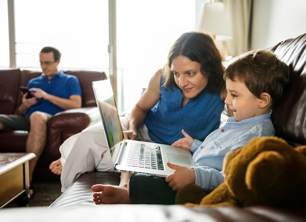Kaukasische familie verbringen zeit-feiertag zusammen mit laptop entspannen sich