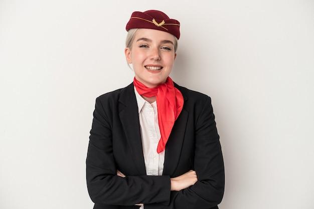 Kaukasische frau der jungen stewardess lokalisiert auf weißem hintergrund, die lacht und spaß hat.