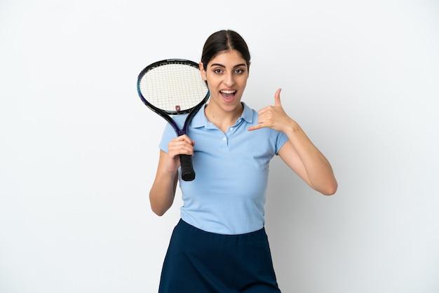 Kaukasische frau des hübschen jungen tennisspielers lokalisiert auf dem weißen hintergrund, der telefongeste macht. ruf mich zurück zeichen
