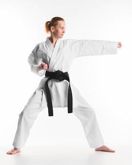 Kaukasische frau, die karate praktiziert