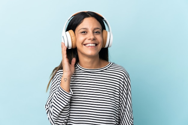Kaukasische frau lokalisiert auf blaue hörende musik