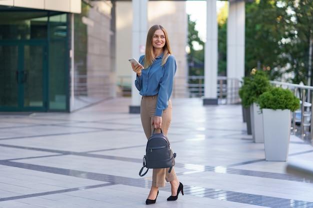 Kaukasische geschäftsfrau, die per telefon spricht. taille hoch porträt einer erfolgreichen europäischen frau, am telefon sprechen,