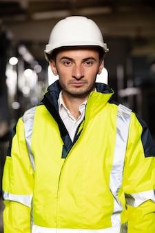 Kaukasische geschäftsleute mit schutzhelm oder sicherheitskleidung professioneller männlicher industrieingenieur-spezialist