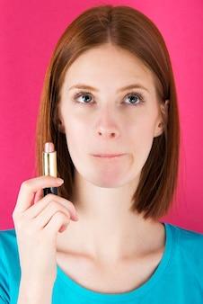 Kaukasische junge frau mit lippenstift