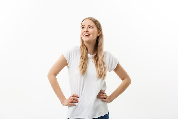 Kaukasische junge selbstbewusste frau. modell weißes t-shirt isoliert auf weißem hintergrund.