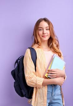 Kaukasische mädchen teen student in freizeitkleidung mit rucksack und büchern isoliert. bildung im hochschulkonzept der high school.