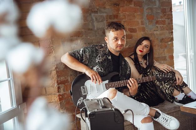 Kaukasische musiker während des online-konzerts zu hause isoliert und unter quarantäne, fröhlich und glücklich