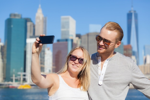 Kaukasische paare, die selfie in new york nehmen