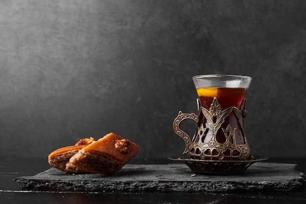 Kaukasische pakhlava mit einem glas tee.