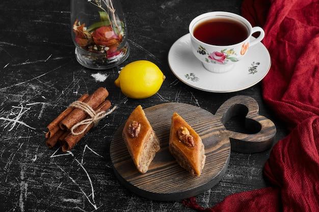 Kaukasische pakhlava mit einer tasse tee.