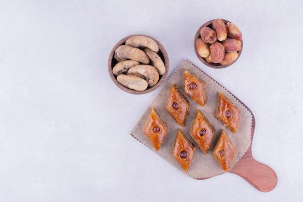 Kaukasische pakhlava mit trockenen apfelscheiben und datteln