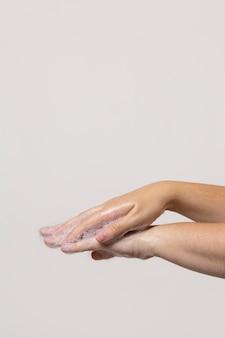 Kaukasische person händewaschen isoliert auf weiß