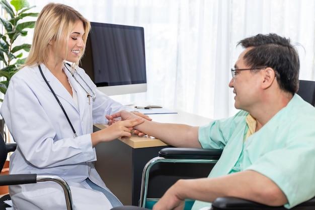 Kaukasische professionelle arzthand der frau, die den puls mit dem älteren mannpatienten am krankenhausraum hält.