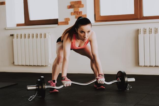 Kaukasische sportlerin trainiert in der turnhalle allein