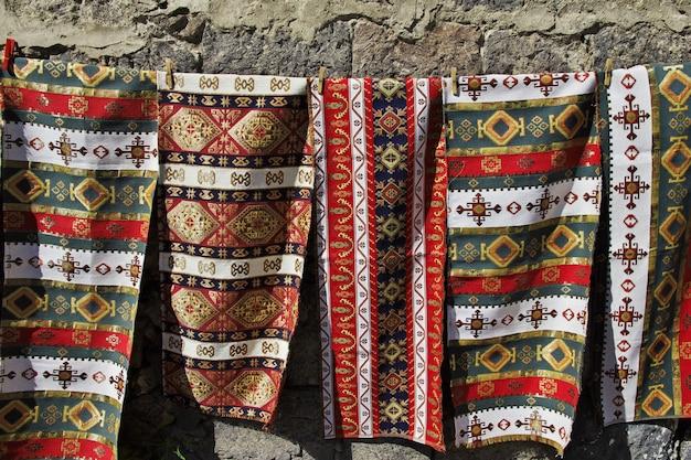 Kaukasische teppiche auf dem lokalen markt
