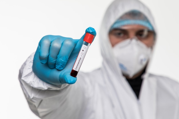 Kaukasischer arztmann, der reagenzglas mit blut für 2019-ncov-analyse hält. chinesisches coronavirus-bluttestkonzept. covid-2019