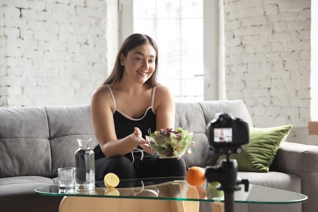 Kaukasischer blogger macht vlog wie man eine diät macht und gewicht verliert