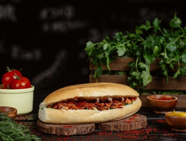 Kaukasischer döner, brötchen gefüllt mit geröstetem und gegrilltem gemüse und rindfleisch.