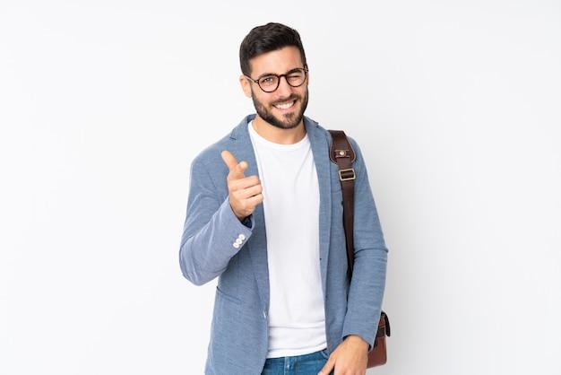 Kaukasischer geschäftsmann auf weißer wand zeigt finger