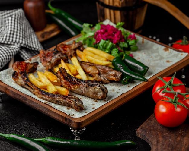 Kaukasischer grill mit pommes-frites im lavashbrot.