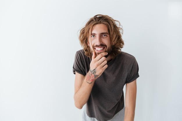 Kaukasischer hübscher junger bärtiger glücklicher mann