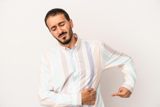 Kaukasischer jüngling isoliert auf weißem hintergrund mit leberschmerzen, bauchschmerzen.