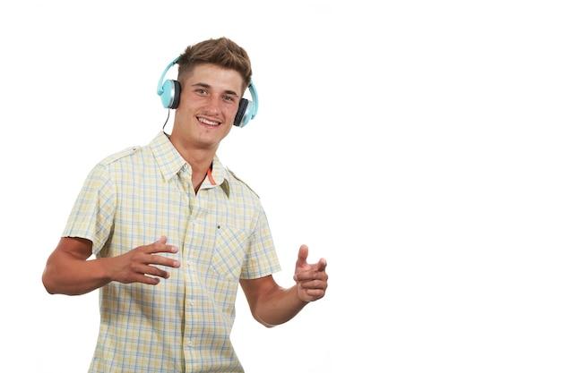 Kaukasischer junger mann, der mit den händen gestikuliert, während er mit kopfhörern musik hört männliches modelback