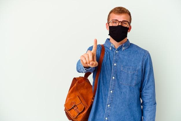 Kaukasischer junger student, der deutsch studiert, isoliert auf weißer wand, die nummer eins mit finger zeigt.