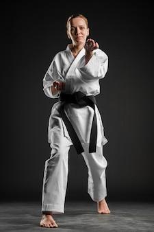 Kaukasischer kämpfer, der karate-pose tut